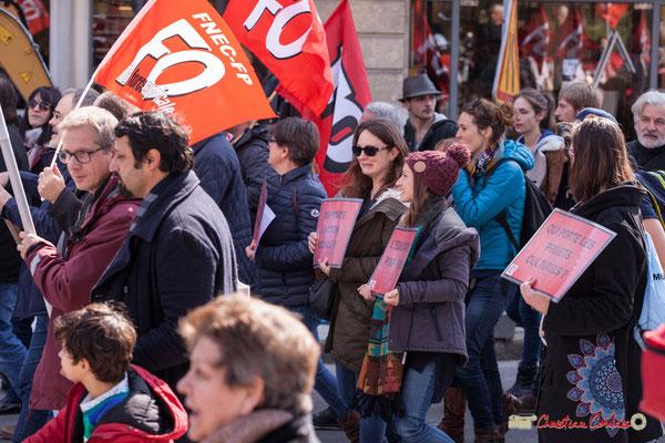 """14h37 FO FNEC-FP """"Qui porte l'action sociale ?"""" """"L'éducation pour tous"""" """"Qui porte les projets culturels ?"""" Manifestation intersyndicale de la Fonction publique/cheminots/retraités/étudiants, place Gambetta, Bordeaux. 22/03/2018"""