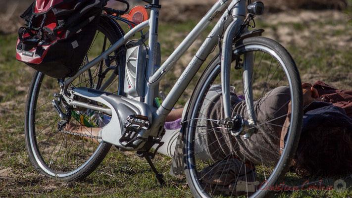 Couple enlacé derrière vélo. Domaine de Graveyron, Audenge, espace naturel sensible de Gironde