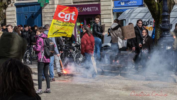 """14h46, oh un fumigène rouge...et un drapeau CGT-Fédération des cheminots """"Pour la voie du service public"""""""