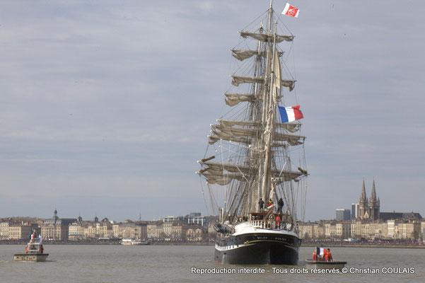 C Le Belem poursuit sa voix navigable vers les quais ou l'attendent des milliers de spectateurs. Bordeaux, samedi 16 mars 2015