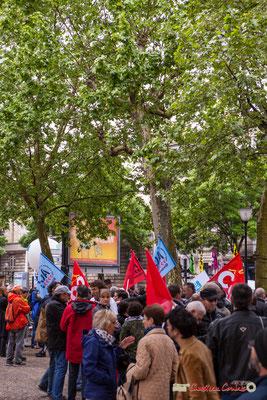 9h57 Petit à petit les groupes se forment, ici des militants CGT et d'ATTAC. Le printemps des platanes sera-t-il chaud ? Place de la République, Bordeaux. 01/05/2018