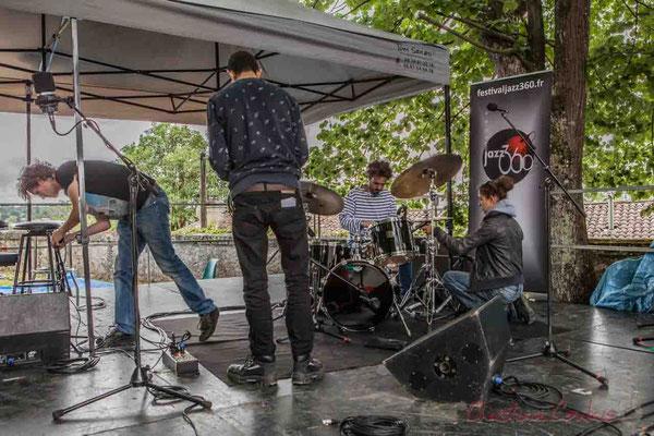 Préparation du plateau par Charlotte Leric et ses stagiaires. Festival JAZZ360 2016, Camblanes-et-Meynac, 11/06/2016
