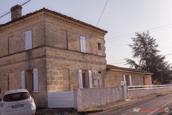 2 Habitat vernaculaire à l'angle de la place (privée) de Mons. Avenue de Mons, Cénac, Gironde. 16/10/2017