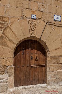 Porte d'entrée de maison d'habitation, Ujué, Navarre /  Puerta principal de la casa, Ujué, Navarra