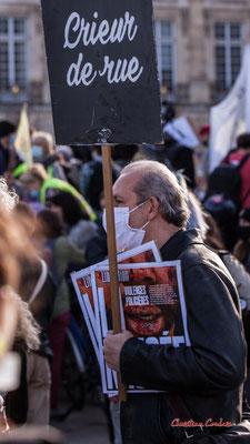 """""""Crieur de rue, Libération : Violences policières"""" Manifestation contre la loi Sécurité globale. Samedi 28 novembre 2020, place de la Bourse, Bordeaux. Photographie © Christian Coulais"""