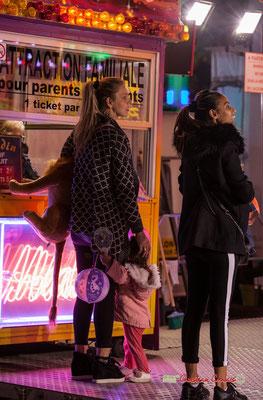 """""""T'as vu ta fille comme elle est heuseuse"""" Au fil des allées de la Foire aux plaisirs. Bordeaux, mercredi 17 octobre 2018. Reproduction interdite - Tous droits réservés © Christian Coulais"""