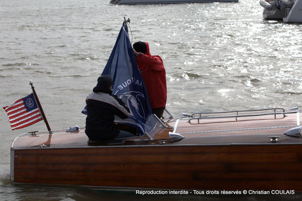 A Partie arrière du bateau Chris Craft Riviera depuis la gabare les Deux Frères. Bordeaux, samedi 16 mars 2013