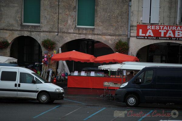 Une des plus anciennes commerçantes du marché tarde à s'installer. Marché de Créon, Gironde