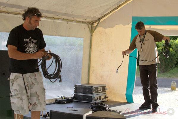 Tony, régisseur son extérieur et Pablo Jaraute, régisseur son salle culturelle. Festival JAZZ360 2012, Cénac, 08/06/2012