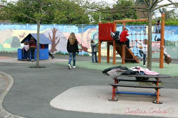 Festival JAZZ360 2010. ...Tandis que les enfants jouent dans le groupe scolaire de Cénac, mercredi 12 mai 2010