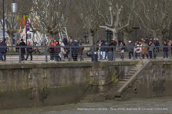 C Quai Louis XVIII, des badauds sont encore présents à notre passage. Gabare les Deux Frères, Bordeaux, samedi 16 mars 2015