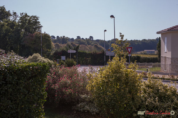Depuis le parc, carrefour entre l'avenue de la Fon du Buc (au centre), avenue de la République et l'avenue de Bordeaux. Cénac, Gironde. 16/10/2017