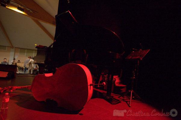 """""""Elle a bon dos, cette contebasse"""". Avant concert de Slobodan Sokolovic Sextet, salle culturelle de Cénac. Festival JAZZ360 2012,  Vendredi 8 juin 2012"""