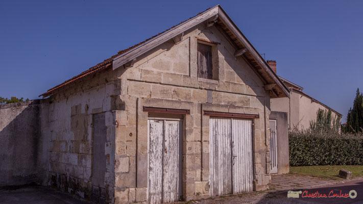 Petit habitat vernaculaire. Local / garage pour la pompe à incendie ou le corbillard ? Avenue de la République, Cénac, Gironde. 16/10/2017