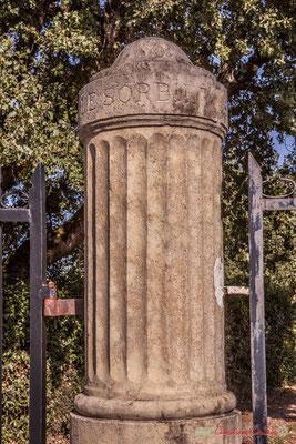 Détail du pilier du portail du domaine Le Sorbier. Avenue de Bordeaux, Cénac, Gironde. 16/10/2017