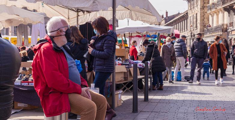 """""""S'assoir pour mieux respirer"""" Marché Saint-Michel, Bordeaux. Samedi 6 mars 2021. Photographie © Christian Coulais"""