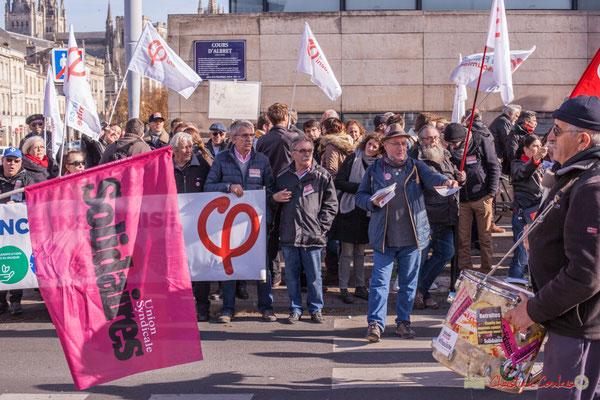 Distribution de tracts de la France insoumise. Manifestation intersyndicale contre les réformes libérales de Macron. Cours d'Albret, Bordeaux, 16/11/2017