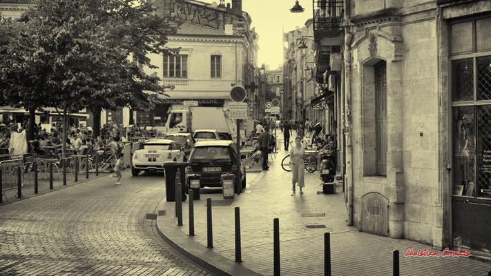 """""""Où cours-tu comme cela ?"""" Quartier Saint-Michel, Bordeaux. Mercredi 24 juin 2020. Photographie © Christian Coulais"""