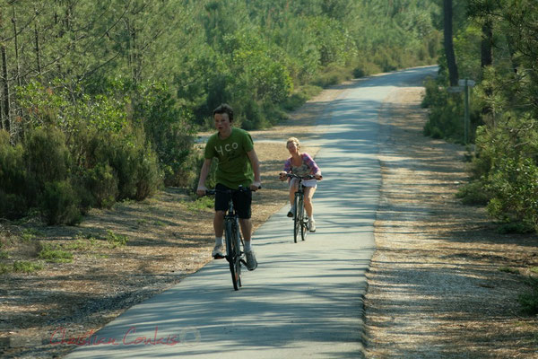 Jeunes enfants en vélo sur la piste cyclable. Petit-Nice de Pyla-sur-Mer, route de Biscarrosse, forêt domaniale de La Teste-de-Buch