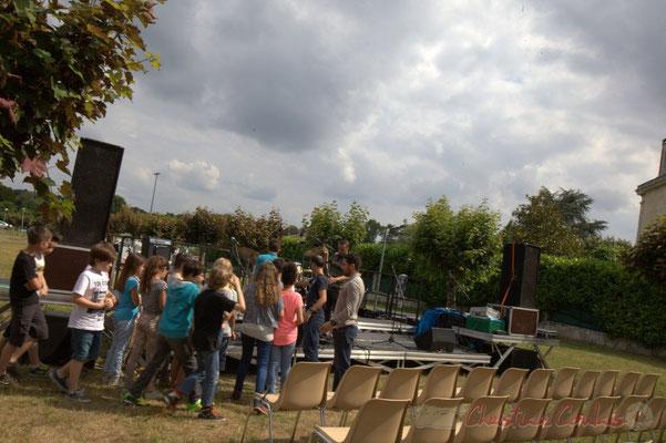 Au tour des classes primaires de l'école du Tourne de montaient sur les planches pour la balance. Festival JAZZ360, Cénac, 12/06/2015