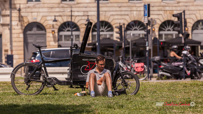 Pause déjeuner d'un coursier cycliste livreur, quai des Chartrons, Bordeaux. 22/06/2019 Reproduction interdite - Tous droits réservés © Christian Coulais