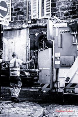 """5/5 """"éboueur : un métier indispensable comme aide-soignante et caissière"""" Quartier Saint-Michel, Bordeaux. Mercredi 24 juin 2020. Photographie © Christian Coulais"""