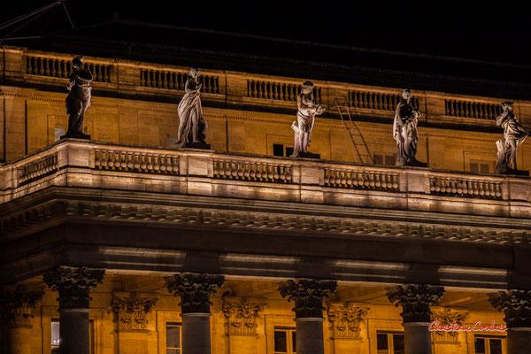 La corniche du Grand-théâtre de Bordeaux est surmontée de 12 statues de pierre d'une hauteur de 2,3 mètres. Celles-ci ont été conçues par le sculpteur Pierre-François Berruer (1733-1797) Mercredi 16 décembre 2020. Photographie © Christian Coulais