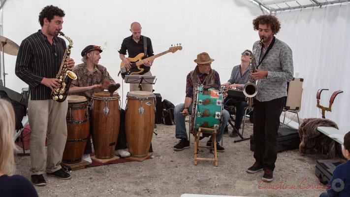 Elephant Brass Machine, en formation orchestre, offre au public un mini-concert durant le temps de restauration