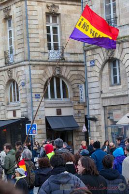 """14h43, la classe, écharpe tricolore assortit au drapeau républicain espagnol """"No Pasaran"""". Place Gambetta, Bordeaux"""