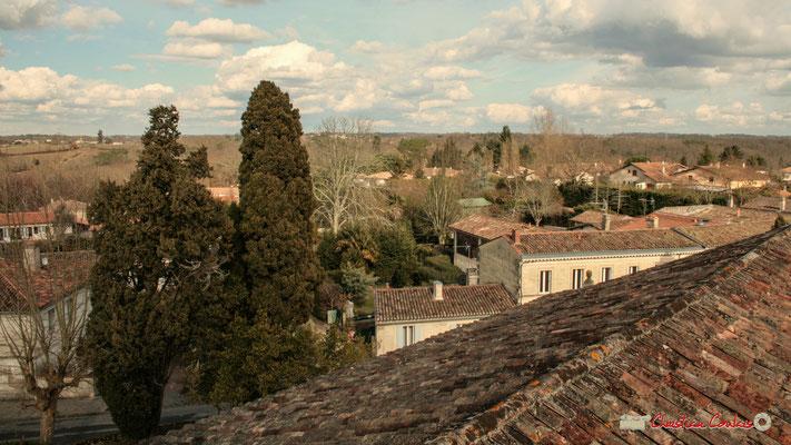 Vue panoramique nord-est, depuis le clocher-mur de l'église Saint-André, Cénac. 18/02/2010