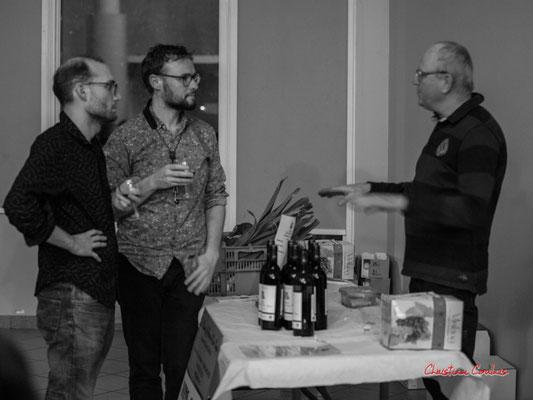 Durant l'entracte Robin Jolivet & Jérôme Mascotto dégustent les propos d'Olivier Reumaux, producteur bio. Soirée Club JAZZ360, Cénac. Samedi 1er février 2020 ©Christian Coulais