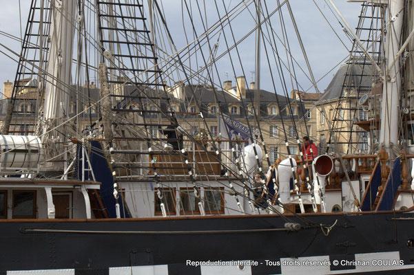 La gabare les Dex Frères dépasse le Belem pour se metre à quai. Bordeaux, samedi 16 mars 2015