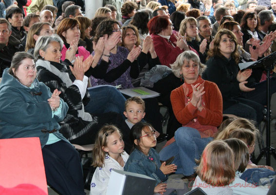 Simone Ferrer, Maire de Cénac, parmi le public conquis. Chorale jazz des écoles de la CDC des Portes de l'Entre-Deux-Mers. Festival JAZZ360 2010, Cénac. 12/05/2010
