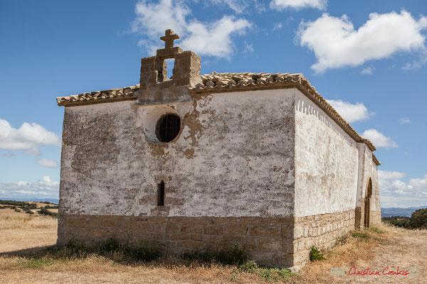 Façade et clocher de la Chapelle extérieure à Ujué, Navarre, route NA-5311, GPS 42.451540, -1.497288