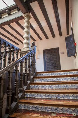 Second étage, escalier central aux contres-marches en carreaux de faïence /  Segundo piso, escalera central con balcones en azulejos de faiencia. Palacio de Ongay-Vallesantoro, Sangüesa, Navarra