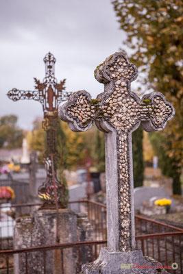Croix cimentée d'une mosaïque de petits galets. Cimetière classé de l'église Saint-André, Cénac. 10/11/2017
