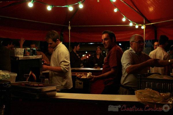 Après-concert de Roger Biwandu Quintet, Jérôme Subra, château du Garde et Jean-Christophe Vidal, château Roquebrune servent  à la buvette. Festival JAZZ360, Cénac. Vendredi 3 juin 2011