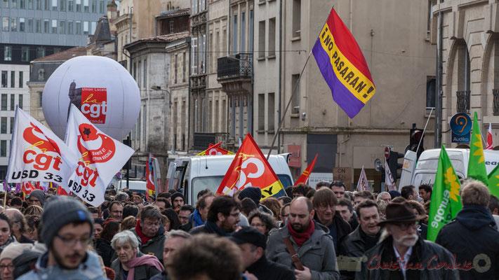 """14h42, autre grand classique des manifestations, à Bordeaux, le drapeau républicain espagnol, tricolore """"No Pasaran"""""""