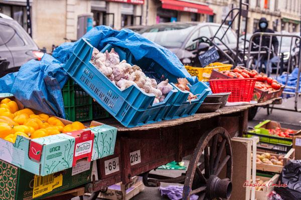 """2/2 """"La dernières charette de marchande des 4 saisons, selon sa propriétaire"""" Marché des Capucins, Bordeaux. Samedi 6 mars 2021. Photographie © Christian Coulais"""