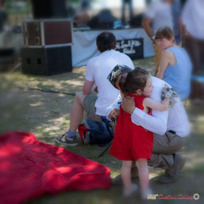 Hervé Saint-Guirons, harmoniste, embrasse sa fille avant son prochain concert. Festival JAZZ360, 10 juin 2017, Camblanes-et-Meynac