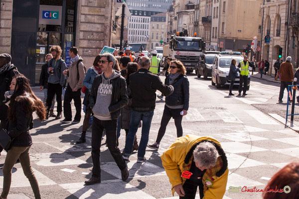 """15h12 File d'attente des véhicules, que la """"vie normale"""" reprenne sa marche. Manifestation intersyndicale de la Fonction publique/cheminots/retraités/étudiants, place Gambetta, Bordeaux. 22/03/2018"""