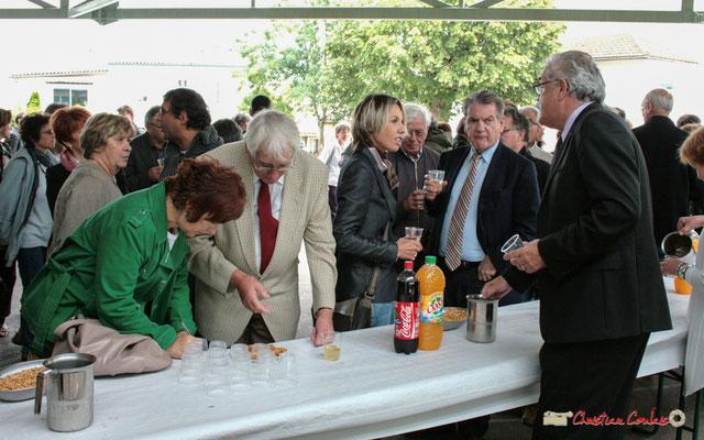 (?) Guy Georges, (?), Philippe Madrelle, Jean-Marie Darmian. Vin d'Honneur pour le lancement national de l'opération arbres de la laïcité, Créon. 19/06/2010