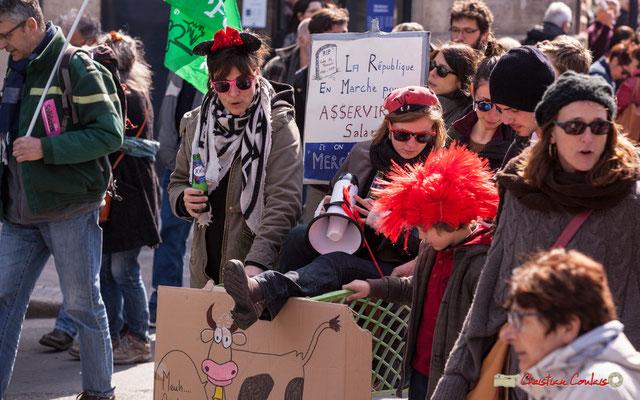 """14h56 """"...Et on doit dire merci !"""" """"Meuh"""" Manifestation intersyndicale de la Fonction publique/cheminots/retraités/étudiants, place Gambetta, Bordeaux. 22/03/2018"""