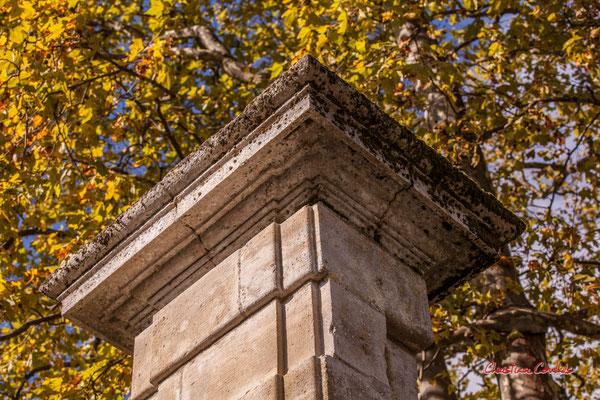 Pilier d'entrée du Château Guiraud, Sauternes. Samedi 10 octobre 2020. Photographie © Christian Coulais
