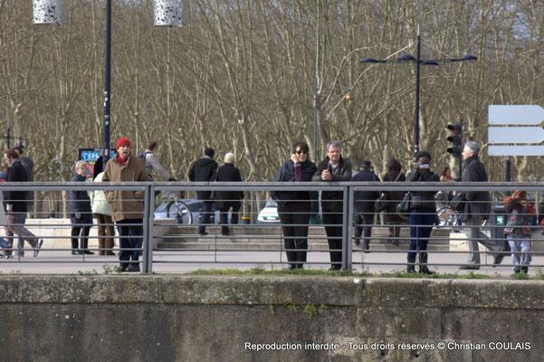 B Quai Louis XVIII, des badauds sont encore présents à notre passage. Gabare les Deux Frères, Bordeaux, samedi 16 mars 2015
