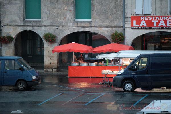 Le fumet des plats cuisinés ne va pas tarder à envahir la Place, Marché de Créon, Gironde