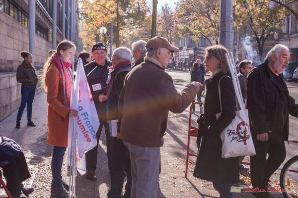 Tiphaine Maurin (à G.), collaboratrice parlementaire de Loïc Prud'Homme, député de la Gironde. Manifestation intersyndicale contre les réformes libérales de Macron. Bordeaux, 16/11/2017