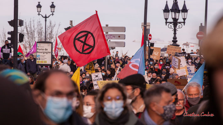 """""""Drapeau Extinction Rebellion"""" Manifestation contre la loi Sécurité globale. Samedi 28 novembre 2020, place Bir-Hakeim, Bordeaux. Photographie © Christian Coulais"""
