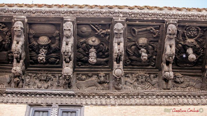 """7/7 Trece modillones representan animales fantásticos, capturando cabezas humanas, flora y frutas exóticas y antecedentes con """"indios"""" y parecen grotescos. Palacio de Ongay-Vallesantoro, Sangüesa, Navarra"""