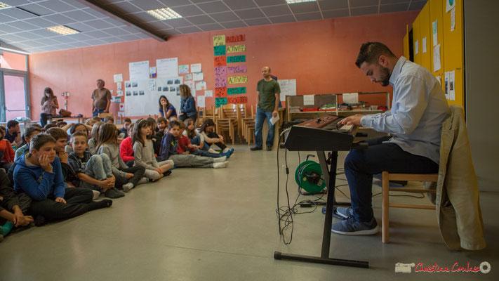 Conférence jouée de Vladimir Jelenkovic, traduite par Rémi Poymiro auprès des chorales de Cénac et du Tourne. Festival JAZZ360, 6 juin 2017, Le Tourne